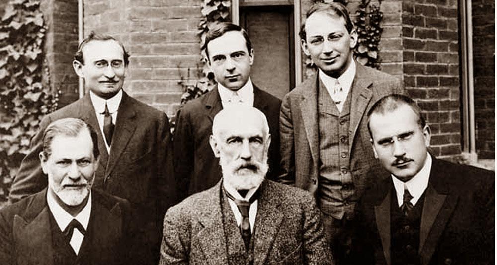Sandor-Ferenczi-de-pie-a-la-derecha;-sentados-Sigmund-Freud-a-la-izquierda-y-Carl-Gustav-Jung-a-la-derecha.-Universidad-de-Clark,-1909.